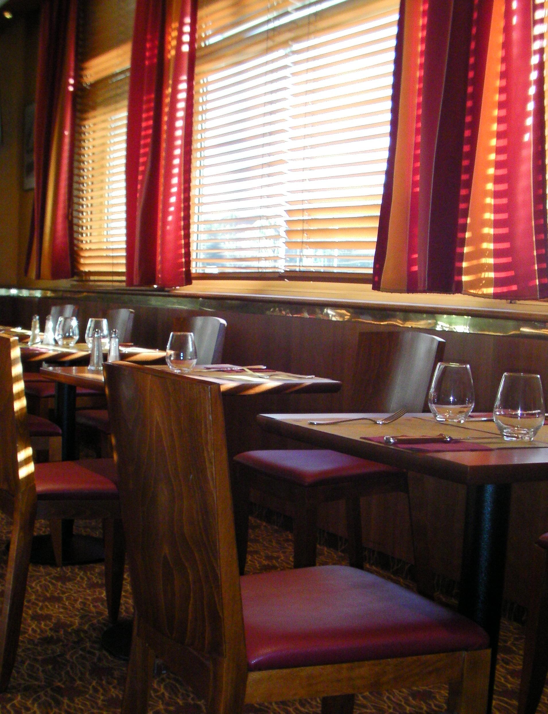 Mobilier salle petit dejeuner hotel for Ambiance tables et chaises reims