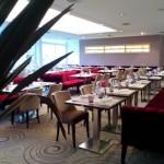 plateau de table monté sur pietement de table inox pour table de restaurant avec banquette et chaise pour un agencement de restaurant design
