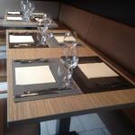 chosir un décor sur un plateau de table permet d'éviter de napper ces plateaux et de simplement y mettre des sets de table