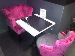 2 fauteuils distincts au sein d'une même table de restaurant
