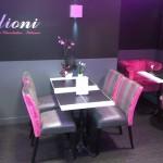 mobilier de restaurant aux couleurs du logo du restaurant