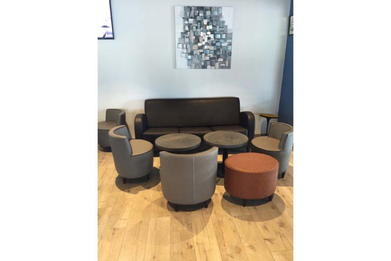 Un espace lounge aux teintes terracotta