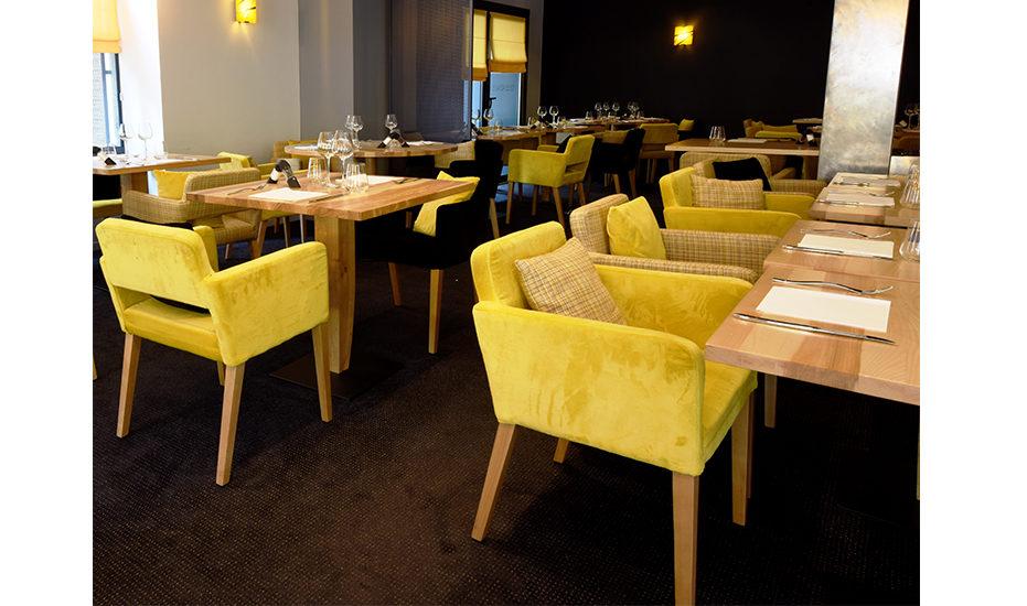 Des fauteuils Calvin en velours jaune