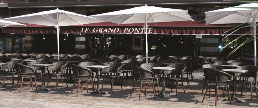 fauteuil de terrasse très cossu et douillet de tressage marron pour tous les professionnels de la restauration et hôtellerie
